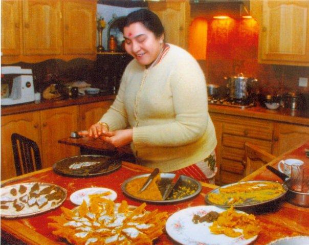 Shri Mataji cucina