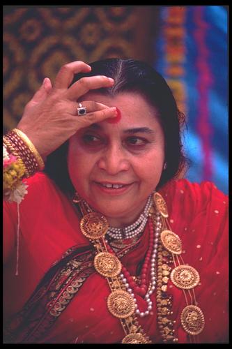 Shri Mataji mette il bindi