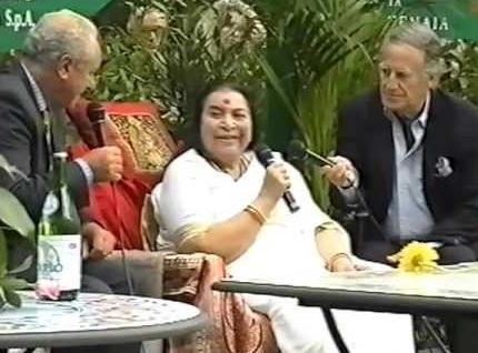 Shri Mataji intervistata da Romano Battaglia in una conferenza ai dottori